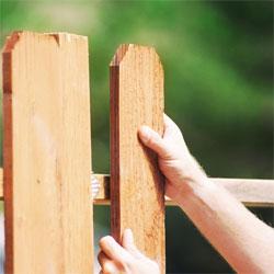 Как самостоятельно построить деревянный забор